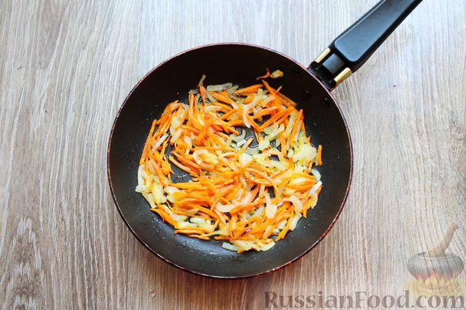 Фото приготовления рецепта: Суп с белыми грибами и плавленым сыром - шаг №5