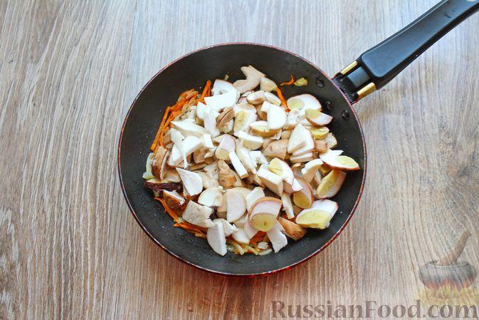 Фото приготовления рецепта: Суп с белыми грибами и плавленым сыром - шаг №6
