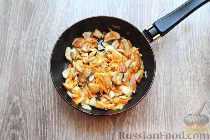 Фото приготовления рецепта: Суп с белыми грибами и плавленым сыром - шаг №7
