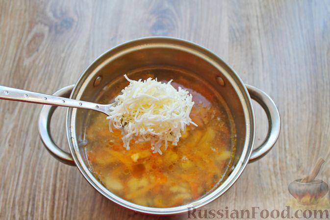 Фото приготовления рецепта: Суп с белыми грибами и плавленым сыром - шаг №11