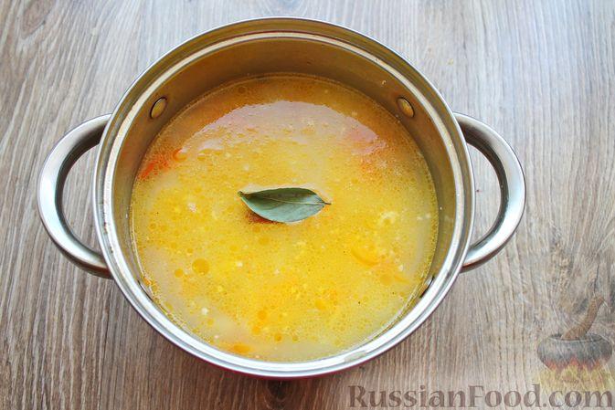 Фото приготовления рецепта: Суп с белыми грибами и плавленым сыром - шаг №13