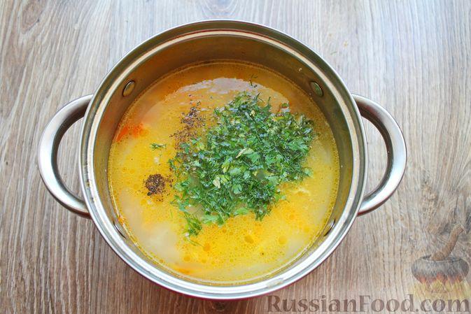 Фото приготовления рецепта: Суп с белыми грибами и плавленым сыром - шаг №14