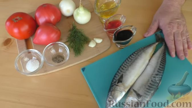 Фото приготовления рецепта: Закуска из скумбрии в томатном маринаде с луком и чесноком - шаг №1
