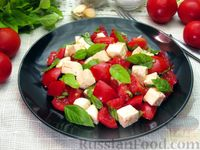 Фото к рецепту: Салат из помидоров с брынзой и базиликом