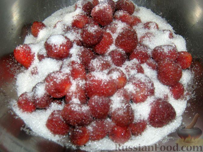 Фото приготовления рецепта: Клубника в собственном соку (заготовка на зиму) - шаг №3