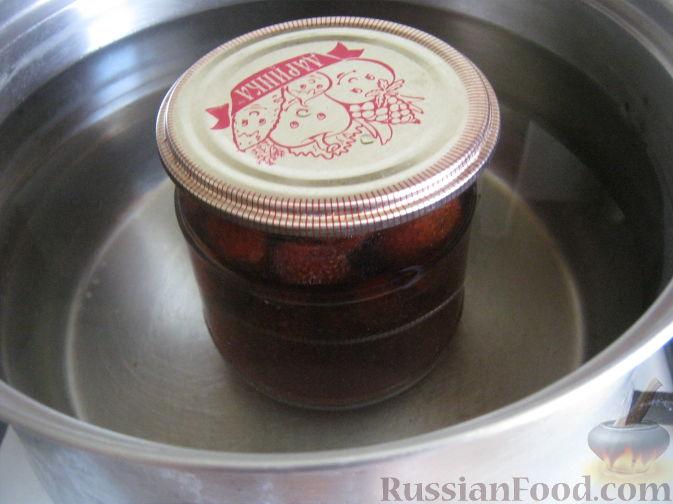 Фото приготовления рецепта: Клубника в собственном соку (заготовка на зиму) - шаг №6