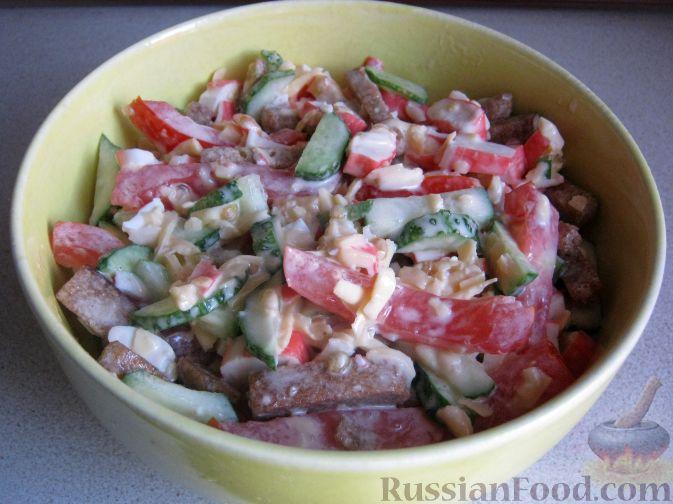 """Фото приготовления рецепта: Новогодний слоёный салат """"Бычок"""" с курицей, свежими огурцами и сыром - шаг №7"""