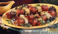 Фото к рецепту: Шашлыки из сарделек, яблок и перца