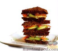 Фото к рецепту: Закусочные бутерброды с лососем и огурцом
