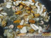Фото приготовления рецепта: Паста с морским коктейлем и свежими помидорами - шаг №8