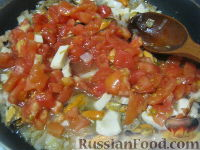 Фото приготовления рецепта: Паста с морским коктейлем и свежими помидорами - шаг №10