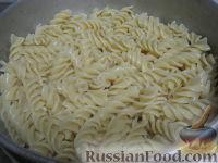 Фото приготовления рецепта: Паста с морским коктейлем и свежими помидорами - шаг №11