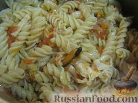 Фото приготовления рецепта: Паста с морским коктейлем и свежими помидорами - шаг №13