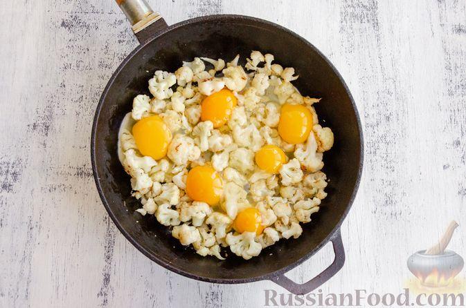 Фото приготовления рецепта: Яичница с цветной капустой - шаг №7