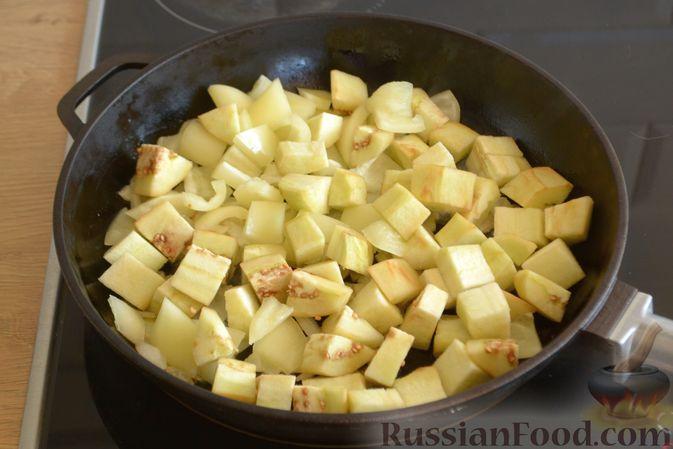 Фото приготовления рецепта: Омлет с баклажанами и болгарским перцем - шаг №4
