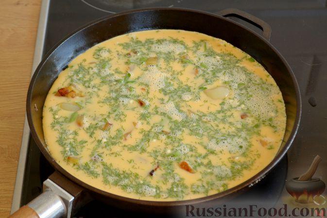 Фото приготовления рецепта: Омлет с баклажанами и болгарским перцем - шаг №8