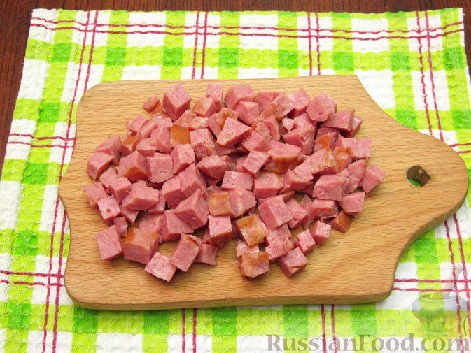 Фото приготовления рецепта: Омлет с колбасой и лапшой быстрого приготовления - шаг №3