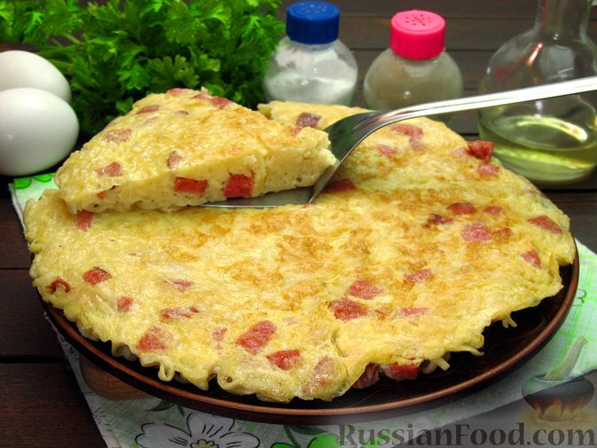 Фото приготовления рецепта: Омлет с колбасой и лапшой быстрого приготовления - шаг №13