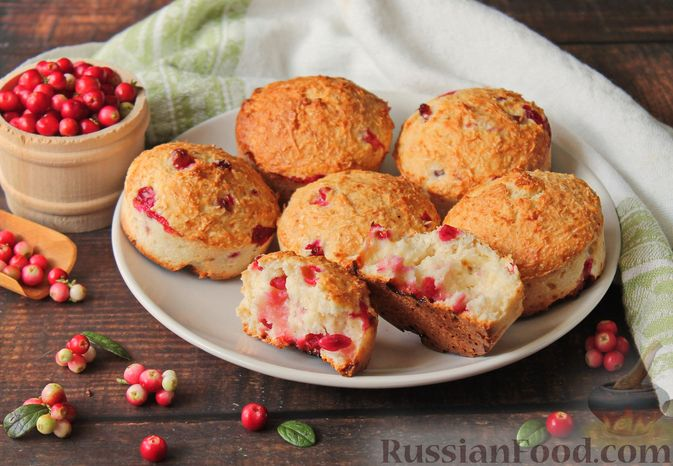 Фото к рецепту: Кокосовые кексы на кефире, с брусникой