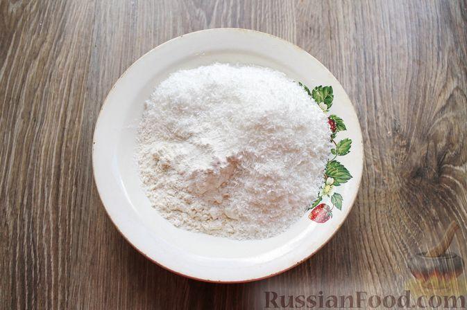 Фото приготовления рецепта: Кокосовые кексы на кефире, с брусникой - шаг №2