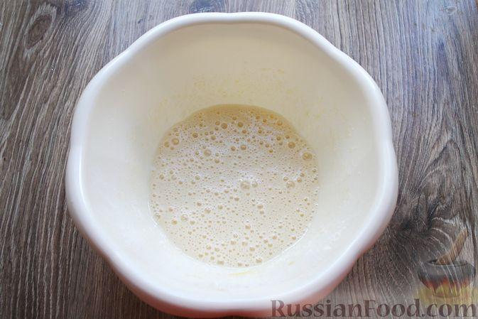 Фото приготовления рецепта: Кокосовые кексы на кефире, с брусникой - шаг №3