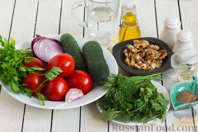 Фото приготовления рецепта: Салат из помидоров и огурцов, с луком, зеленью и ореховой заправкой - шаг №1