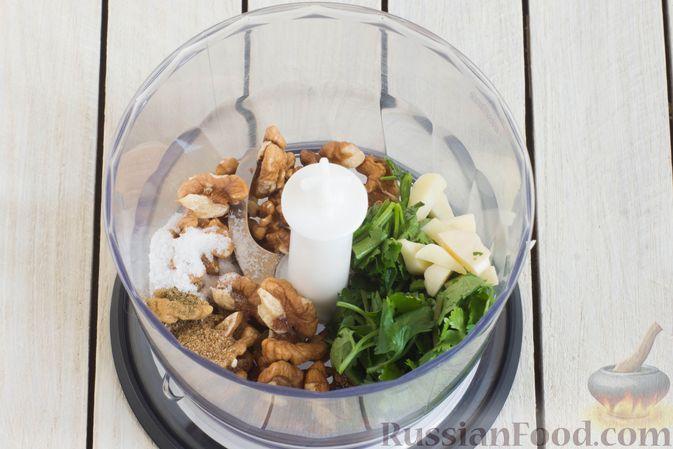 Фото приготовления рецепта: Салат из помидоров и огурцов, с луком, зеленью и ореховой заправкой - шаг №2
