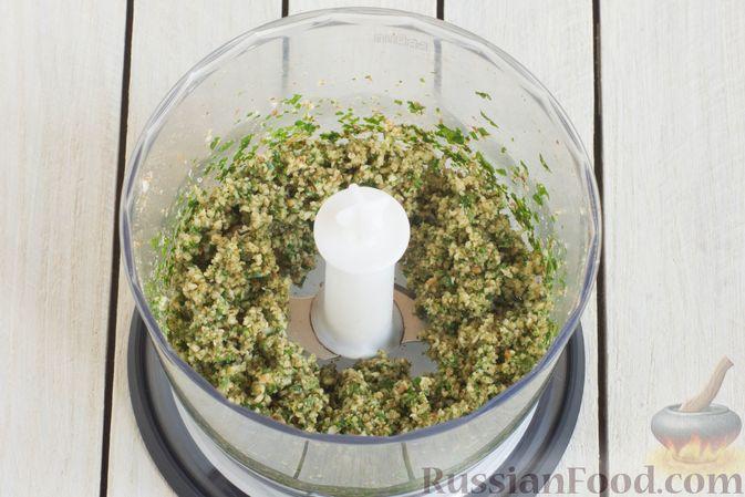 Фото приготовления рецепта: Салат из помидоров и огурцов, с луком, зеленью и ореховой заправкой - шаг №3