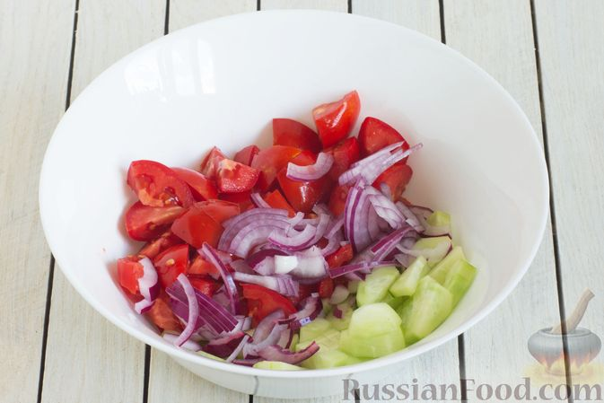 Фото приготовления рецепта: Салат из помидоров и огурцов, с луком, зеленью и ореховой заправкой - шаг №6
