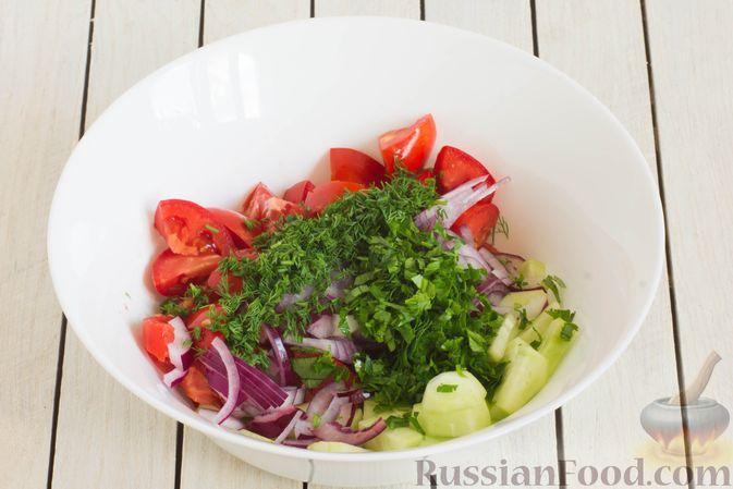 Фото приготовления рецепта: Салат из помидоров и огурцов, с луком, зеленью и ореховой заправкой - шаг №7
