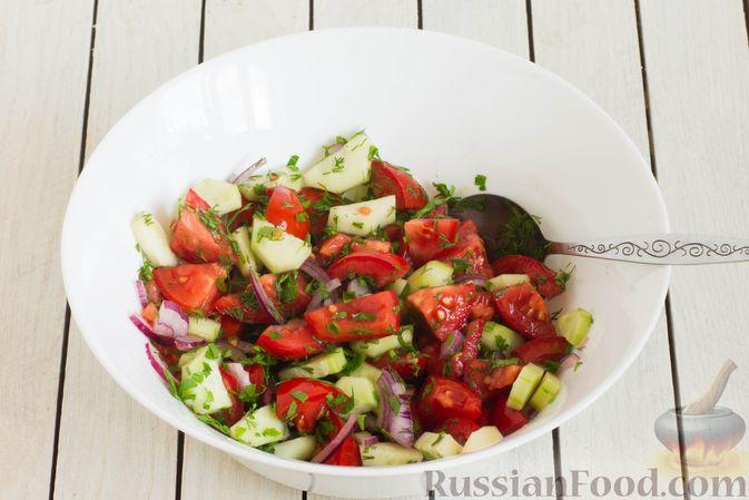 Фото приготовления рецепта: Салат из помидоров и огурцов, с луком, зеленью и ореховой заправкой - шаг №8