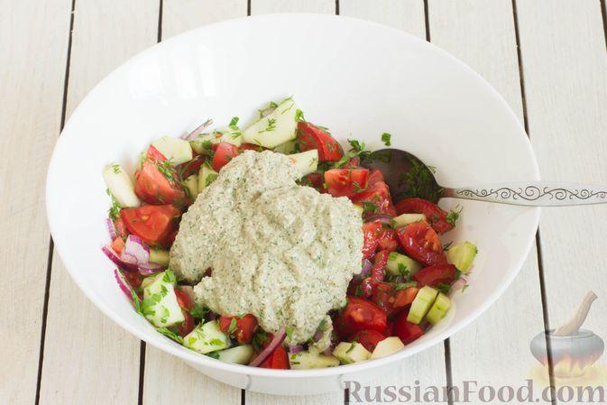 Фото приготовления рецепта: Салат из помидоров и огурцов, с луком, зеленью и ореховой заправкой - шаг №9