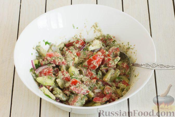Фото приготовления рецепта: Салат из помидоров и огурцов, с луком, зеленью и ореховой заправкой - шаг №10