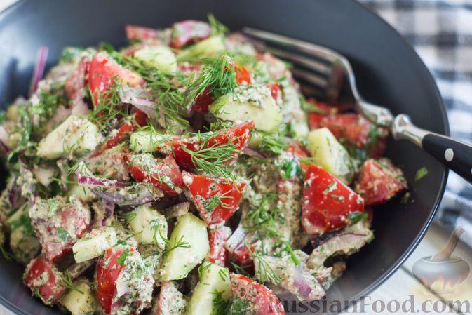 Фото приготовления рецепта: Салат из помидоров и огурцов, с луком, зеленью и ореховой заправкой - шаг №11