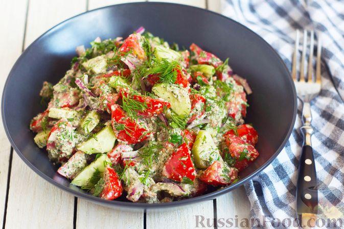 Фото к рецепту: Салат из помидоров и огурцов, с луком, зеленью и ореховой заправкой