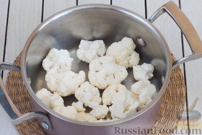 Фото приготовления рецепта: Салат из цветной капусты с болгарским перцем и помидорами - шаг №2