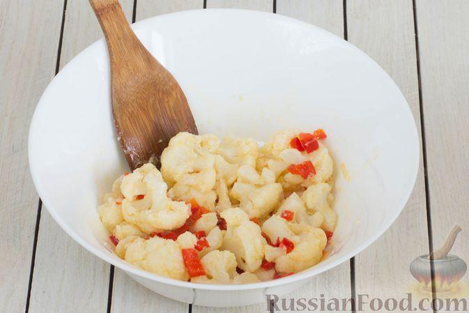 Фото приготовления рецепта: Салат из цветной капусты с болгарским перцем и помидорами - шаг №8