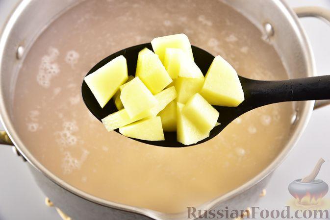 Фото приготовления рецепта: Борщ с черносливом и баклажанами - шаг №9