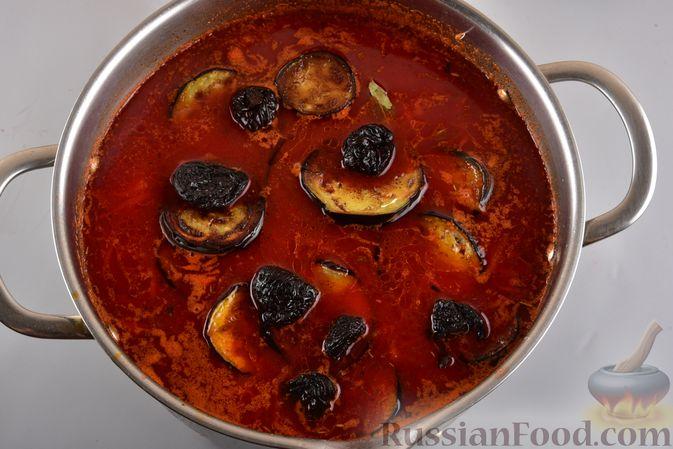 Фото приготовления рецепта: Борщ с черносливом и баклажанами - шаг №13
