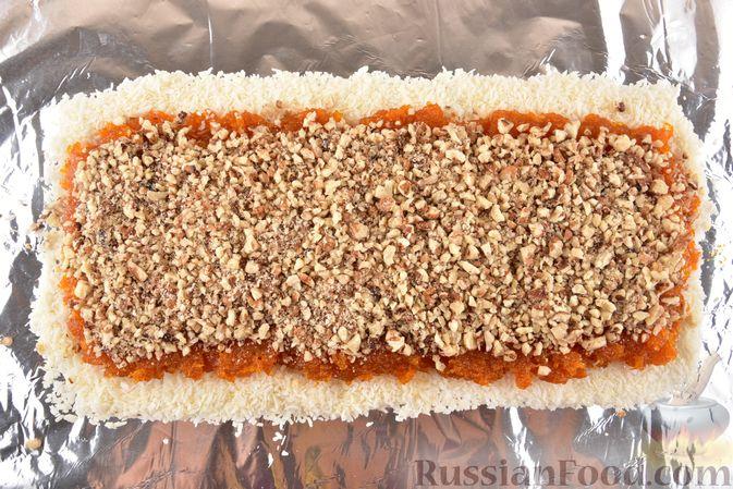 Фото приготовления рецепта: Рулет из моркови, с грецкими орехами и кокосовой стружкой - шаг №9
