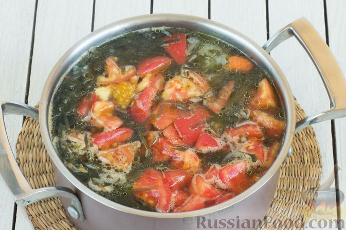 Фото приготовления рецепта: Суп с морской капустой и помидорами - шаг №9
