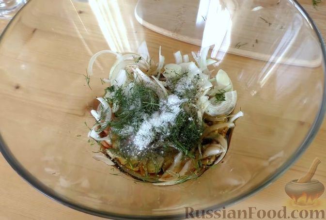 Фото приготовления рецепта: Закуска из скумбрии в томатном маринаде с луком и чесноком - шаг №4