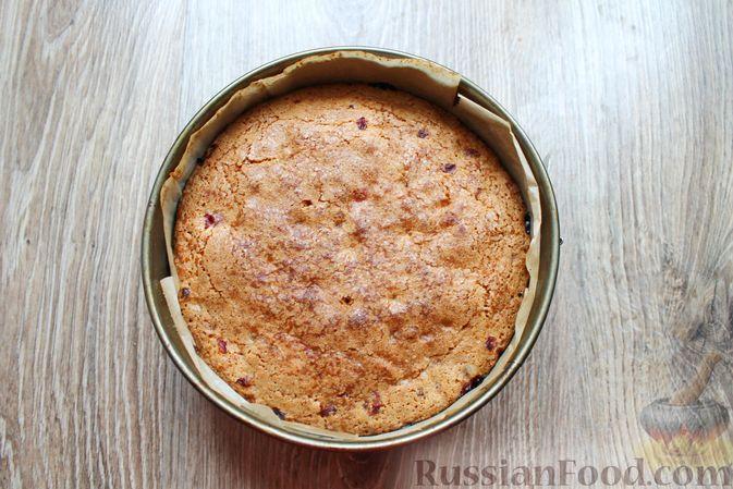 Фото приготовления рецепта: Пирог с брусникой и миндалём, на растительном масле и молоке - шаг №11