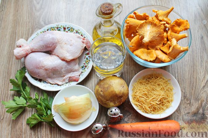 Фото приготовления рецепта: Куриный суп с лисичками и вермишелью - шаг №1