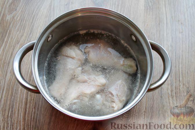 Фото приготовления рецепта: Куриный суп с лисичками и вермишелью - шаг №2
