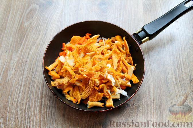 Фото приготовления рецепта: Куриный суп с лисичками и вермишелью - шаг №7