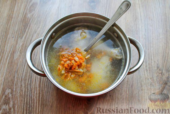 Фото приготовления рецепта: Куриный суп с лисичками и вермишелью - шаг №10