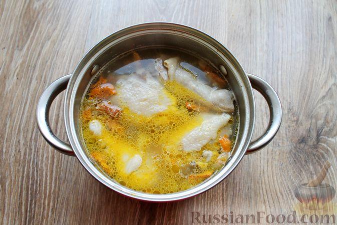 Фото приготовления рецепта: Куриный суп с лисичками и вермишелью - шаг №11