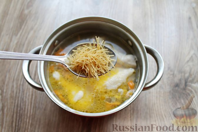 Фото приготовления рецепта: Куриный суп с лисичками и вермишелью - шаг №12