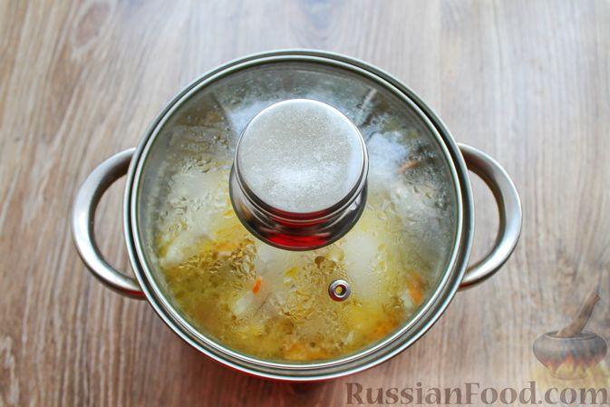 Фото приготовления рецепта: Куриный суп с лисичками и вермишелью - шаг №13